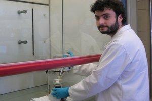 O investigador Luís Gonçalves no laboratório