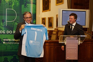 O reitor da U.Porto recebe do diretor do CDUP-UP, Bruno Almeida, a camisola oficial de competição da U.Porto.