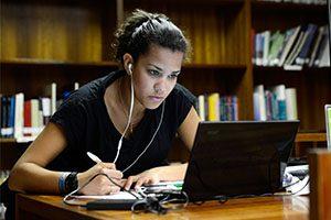 Estudante na Biblioteca da FADEUP