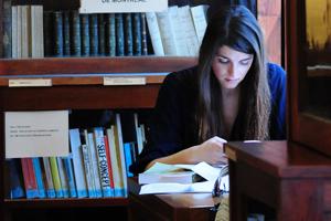 Estudante em biblioteca | FDUP