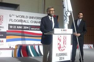 Manuel Janeira, pró-reitor da Cultura e Desporto da U.Porto, recebeu em nome da U.Porto a bandeira da FISU no 6º Munidal universitário de Floorball.