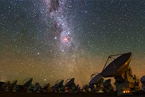 Foto do observatório ALMA (Atacama Large Millimeter/submillimeter Array), do ESO, com a Via Láctea visível sobre os radiotelescópios. O IA é um Centro de Competências para o ALMA. Crédito: ESO/B. Tafreshi