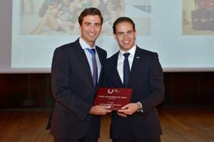 Fernando Remião recebe o Troféu Universitário de Clubes por Hugo Carvalho, administrador da FADU.