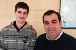 O premiado Vítor Amorim com o coordenador do Centro de Fotónica Aplicada do INESC TEC, Paulo Marques.