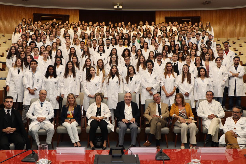 """Futuros médicos da FMUP vestiram pela primeira vez a """"Bata Branca"""""""