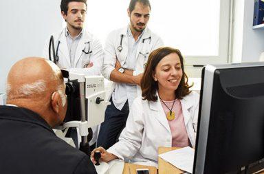 estudantes da FMUP em consulta (destaque)|consulta_oftalmologia_fmup_sao_joao