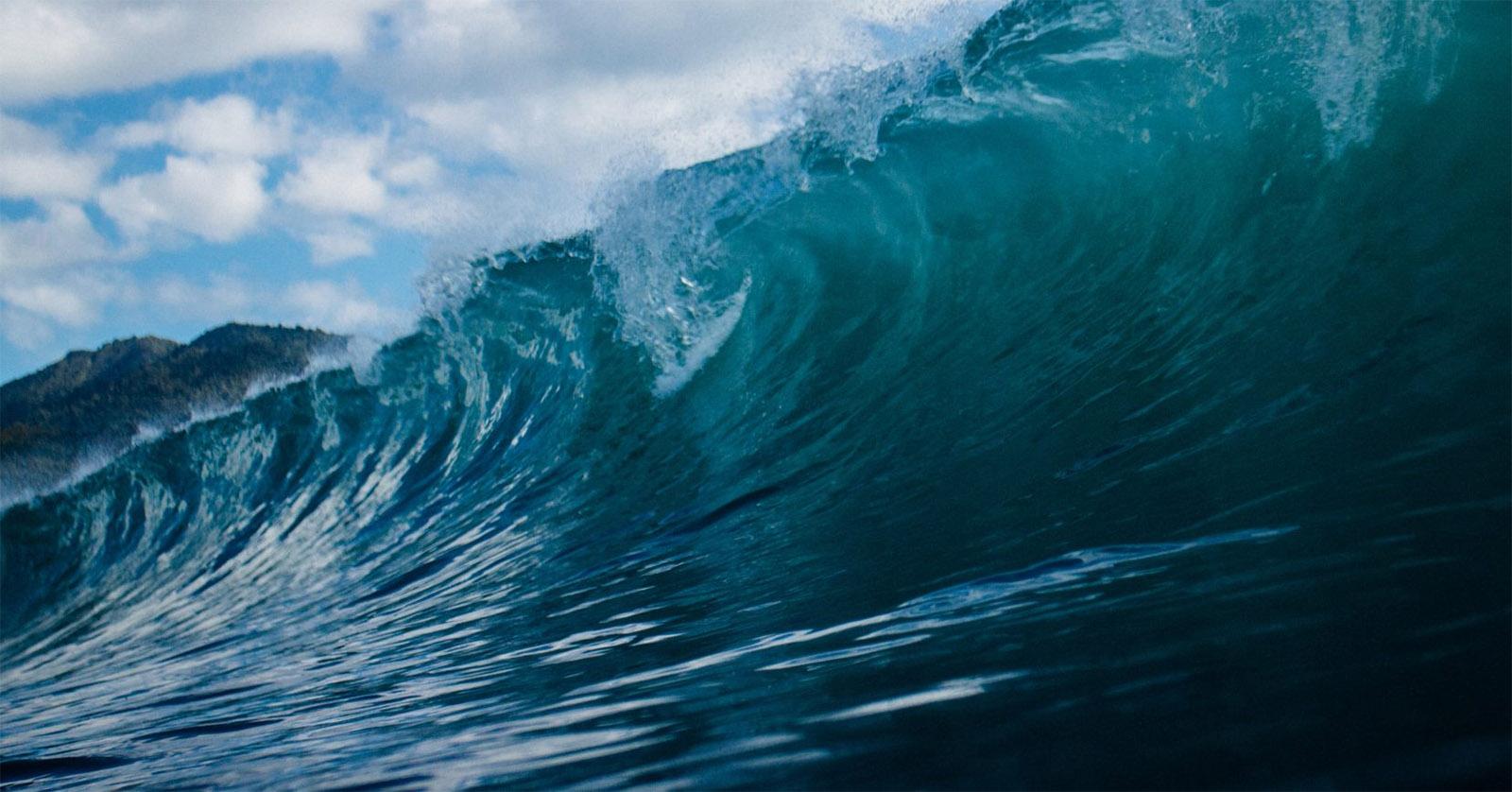 Rebentação de ondas à superfície ocorre devido a ondas internas