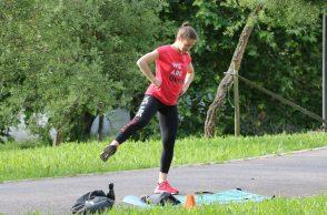 Instrutora de Fitness a dar uma aula no jardim
