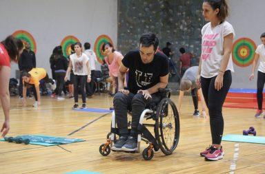 Atleta com deficiência a praticar desporto com instrutora de fitness