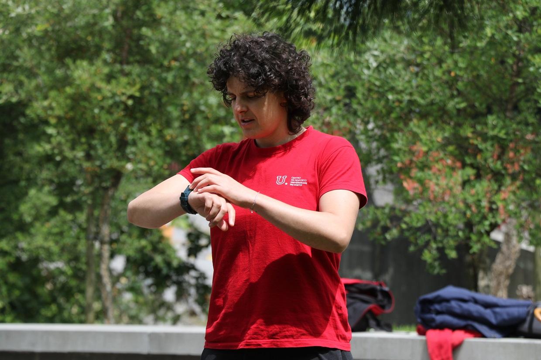 Instrutora de Fitness a cronometrar exercício dos alunos