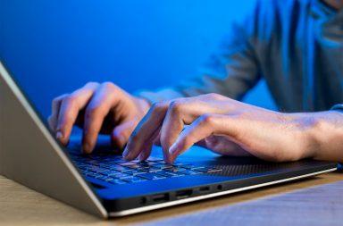 Feira de Emprego com Estudante Computador