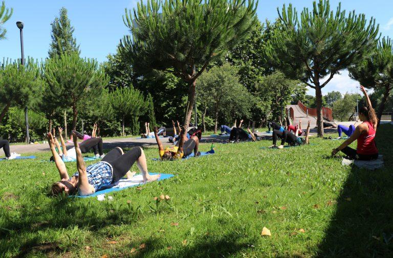Alunos a fazer aula de pilates no jardim do pavilhão luís falcão