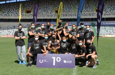 Grupo de estudantes-atletas da Universidade do Porto com o troféu coletivo
