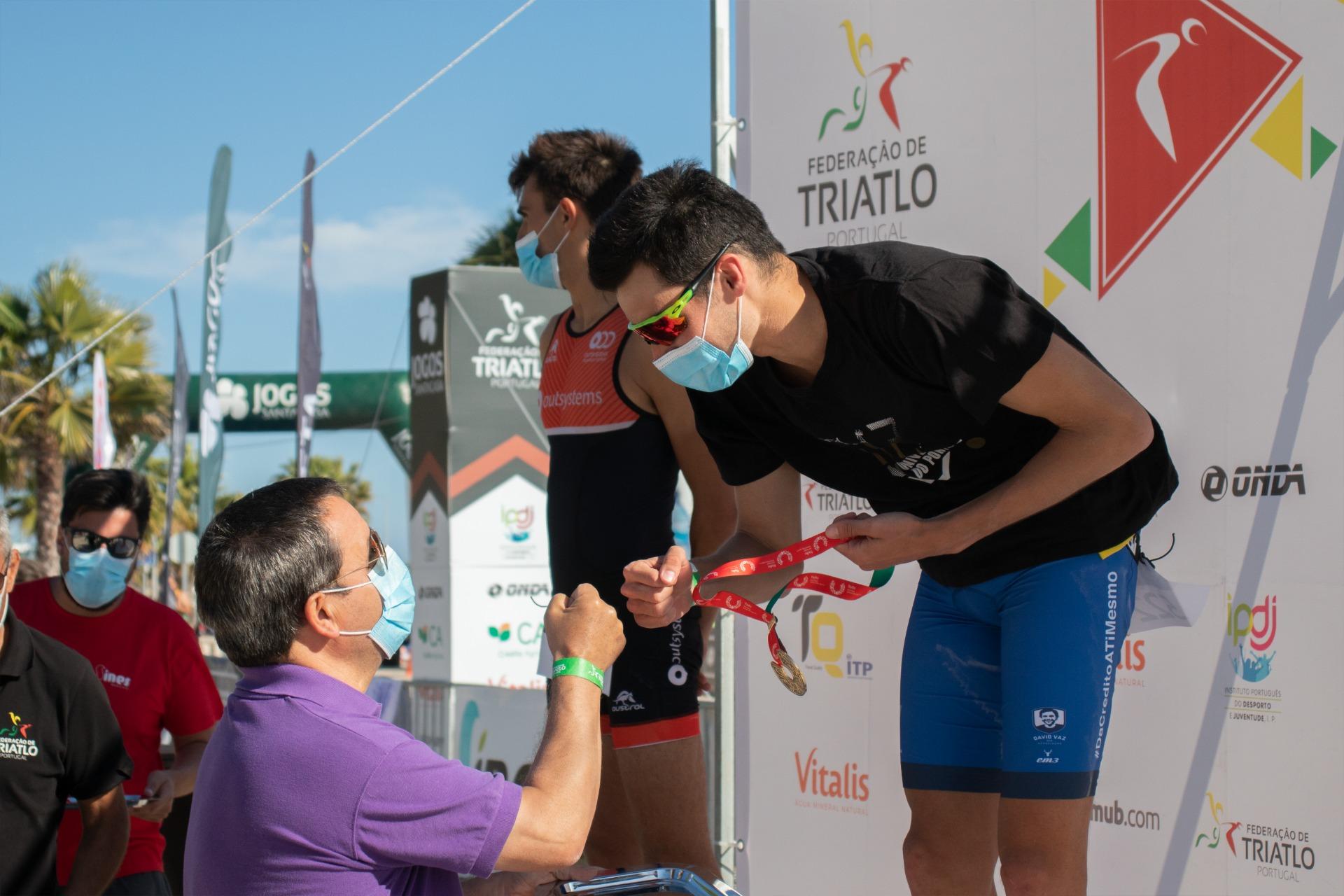 Estudante-atleta Gil Maia a receber a medalha de ouro no pódio do Campeonato nacional universitário de triatlo, em leiria
