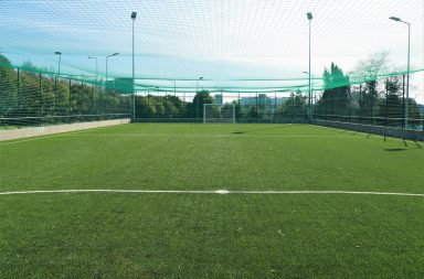 Campo de futebol relvado do Estádio Universitário