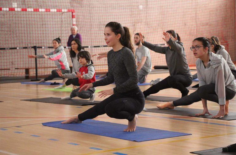 Mulher a fazer exercício em cima de um tapete azul