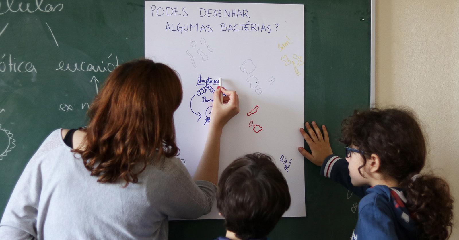 Alumna da U.Porto leva cientistas de volta à escola